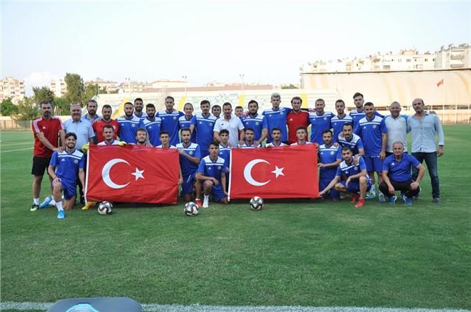 Tarsus idmanyurdu Zafer Bayramı'nı bayrak açarak kutladı.